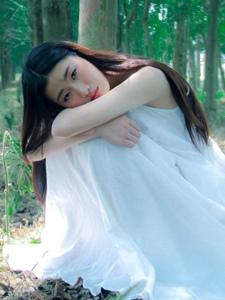 黑发美女户外温暖阳光安静温婉