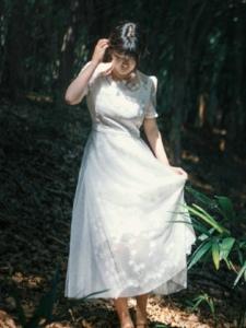 森林深处内的白裙少女美丽双眸
