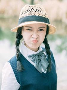 草帽少女湖畔油滑心爱鬼脸俏皮写真