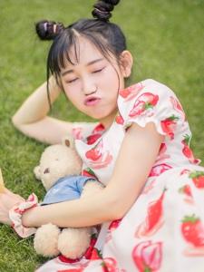 天真元气少女草坪上散发甜美气息