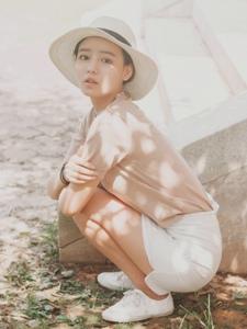 夏日阳光下粉嫩草帽妹子清丽可人