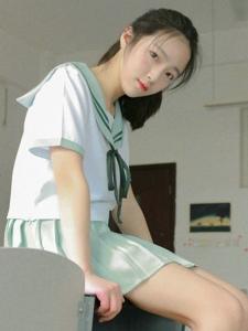 纯真姑娘教室内娇美玲珑惹人爱