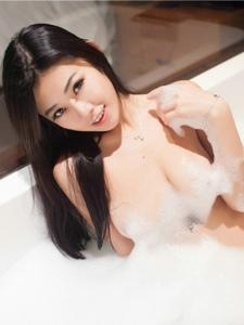 性感美女vluvian本能全裸泡泡浴光滑美乳大膽誘惑