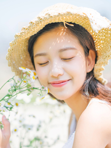 白皙草帽清纯少女草丛靓丽文艺写真