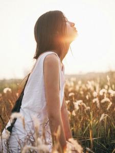 气质美女荒野夕阳下随性自由放荡不羁