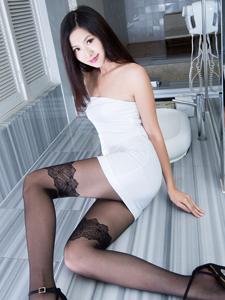 抹胸紧身短裙黑丝模特Vicni私房诱惑写真
