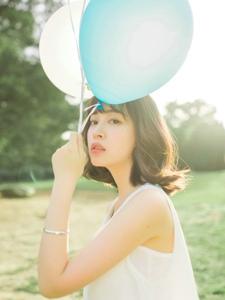 短发美女草坪上气球清新漂亮脸蛋