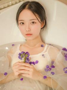 纯真少女浴缸湿身蕾丝透视花瓣