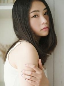 安静画画的白T恤丹凤眼女孩甜美微笑治愈心灵