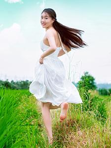 清新少女田野草丛奔跑写真魅力无限