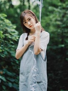 清纯少女背带裤青春靓丽与气球玩耍