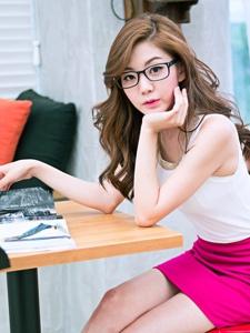 气质白皙的眼镜美女户外温情靓丽可人