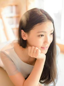 清純白皙少女室內與寵物可愛寫真