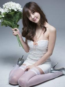 大胸韩国美女低胸抹胸超短丝袜写真