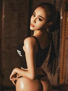 气质古铜肌肤美女模特健身房挥汗写真诱惑十足