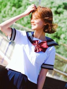 校园短发美女甜美活泼阳光耀眼