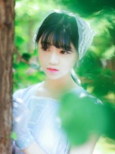 绿林内的清新甜美少女洋娃娃般唯美