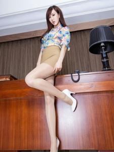 漂亮腿模Sara花衬衫包臀裙肉丝细长美腿