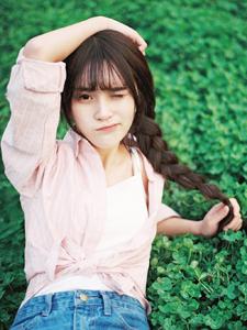 粉嫩麻花辫清纯少女绿茵草坪清新写真