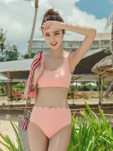 度假美丽嫩模粉色比基尼秀完美身材