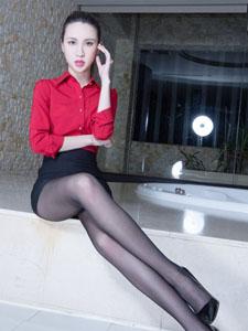 红色制服美女Stephy浴室写真致命诱惑
