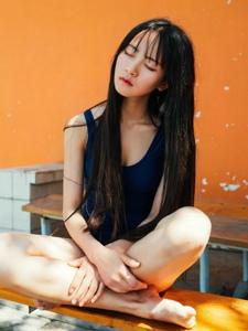 酷暑下的泳衣黑发妹子安静怡人