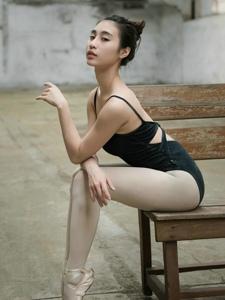 废旧工厂内的芭蕾舞气质美女