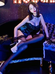 夜店里的高挑纤细身材长腿黑丝低胸美女诱惑