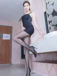漂亮腿模Tina黑色短裙黑丝高跟长腿诱人