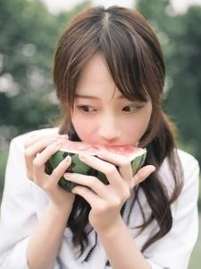 清纯邻家俏皮女孩迷人的吃西瓜的甜美瞬间