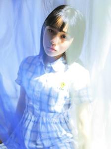 耀眼光芒下的格子裙蓝调少女安静怡人
