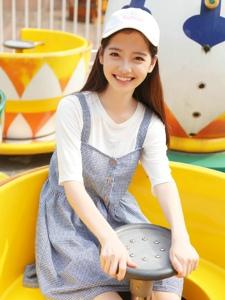 棒球帽冰激凌美女游乐园内笑容灿烂