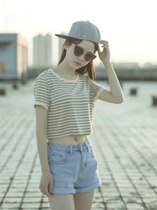 天台上的棒球帽墨镜少女露脐装迷人