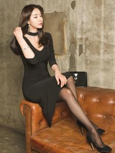 性感身材黑丝美腿御姐修身长裙展现无穷魅力