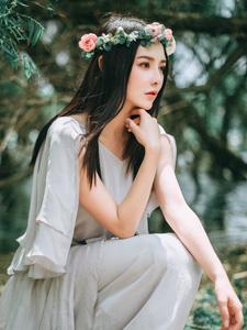 花環少女幽靜湖邊意境唯美寫真