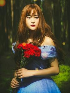 森林深处发的童话般白雪公主漂亮可爱