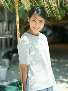 十八岁少女晴朗天空下笑脸可人