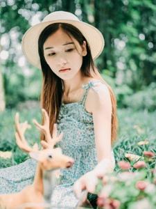午后森林内的温柔安静美女