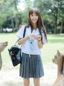 日系美女与梅花鹿玩耍清爽可人