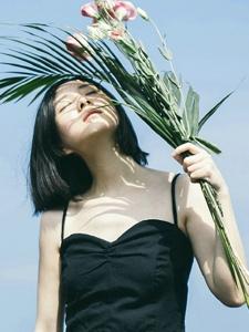 晴朗海空下的短发气质美女随性自由