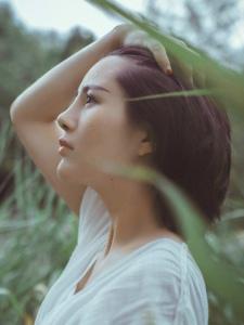 短发素雅美女绿草处自然美丽