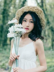 草帽白裙美女森林深处寂静怡人