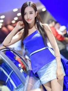 车展内的蓝色妖姬高挑车模性感身材
