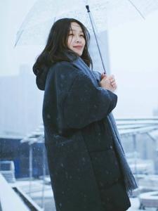漫天雪花中的溫暖素顏美女純凈浪漫迷人