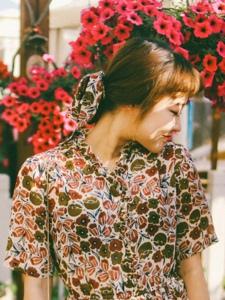 阳光下的花丛鲜艳美女红唇诱惑