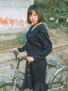 日系短发单车少女户外阳光刺眼