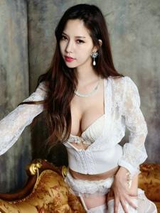 白色蕾丝美女的性感妖艳美腿写真