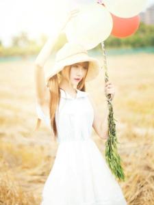 田野中的草帽美女夏日清凉解暑