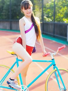 校園操場邊騎單車的清純陽光美眉