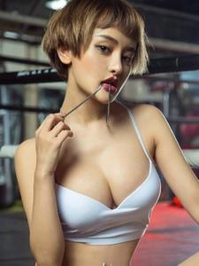 短发女王李思宁性感热裤美胸火辣十足